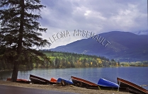 CANADA;ALBERTA;JASPER_NATIONAL_PARK;PATRICIA_LAKE;LAKE;WATER;FALL;BOATS;DORIES;R